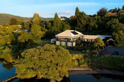 Black-Swan-Lakeside-Lodge.jpg